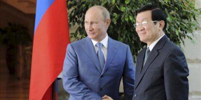 El presidente ruso Vladimir Putin (i) recibe al presidente vietnamita Truong Tan Sang (d) en la residencia de Bocharov Ruchei, en Sochi, Rusia, hoy, viernes, 27 de julio. EFE/Alexey Druzhinyn Ria Novosti