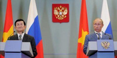 El presidente ruso, Vladimir Putin (d), y su homólogo vietnamita, Truong Tan Sang (i), comparecen en rueda de prensa conjunta posterior a la reunión que mantuvieron hoy, viernes 27 de julio, en la residencia Bocharov Ruchei del complejo turístico de Sochi, Rusia. EFE