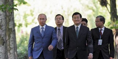 El presidente ruso, Vladimir Putin (i), y su homólogo vietnamita, Truong Tan Sang (3i), caminan juntos tras la reunión que mantuvieron hoy, viernes 27 de julio, en la residencia Bocharov Ruchei del complejo turístico de Sochi, Rusia. EFE