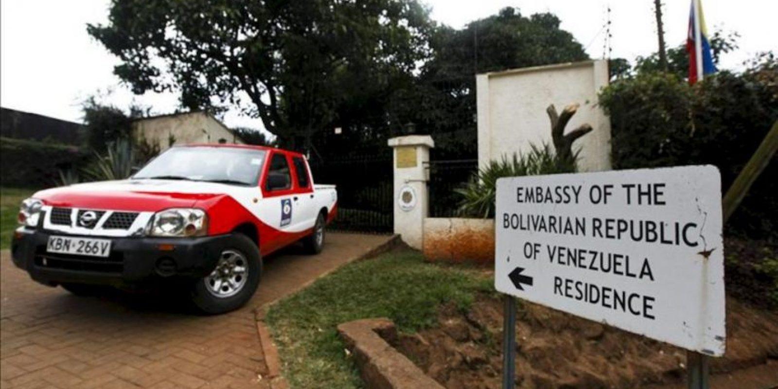 Una furgoneta de una compañía de seguridad aparcada ante la residencia de la máxima representante diplomática de Venezuela en Kenia, Olga Fonseca, en el norte de Nairobi, después de que fuera encontrado su cadáver hoy. EFE