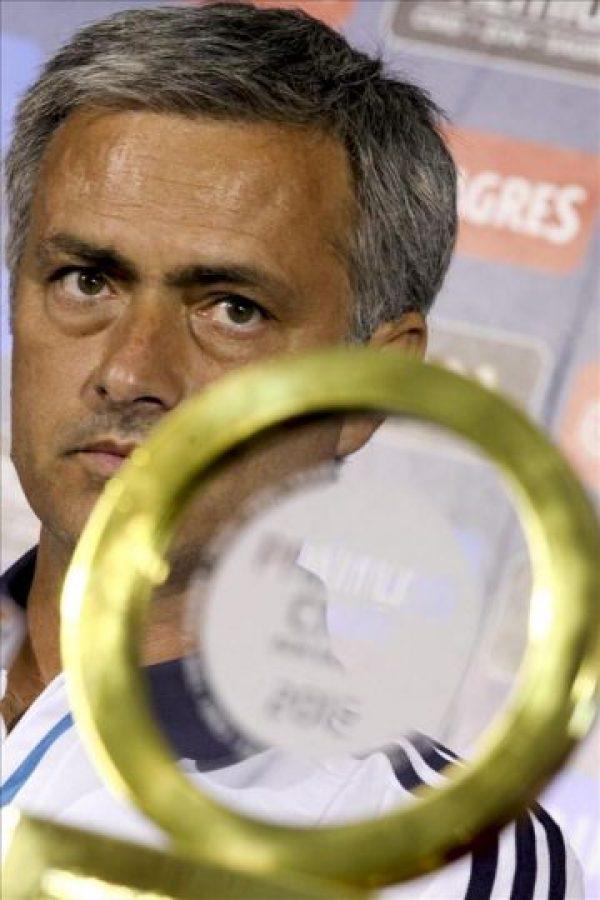 El entrenador del Real Madrid, el portugués Jose Mourinho, con el premio de la asociación de periodistas deportivos de Portugal (CNID) durante una rueda de prensa convocada en Lisboa (Portugal) hoy, viernes 27 de julio. EFE