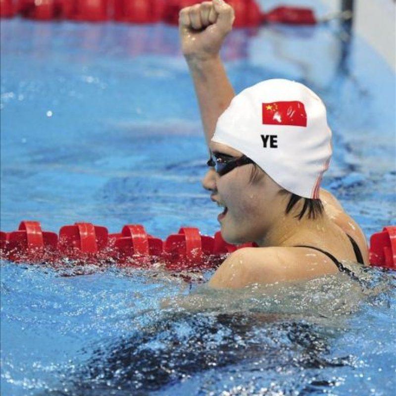 La nadadora china Shiwen Ye celebrando la medalla de oro y su nuevo récord mundial, en la final femenina de 400m estilos, correspondiente a los Juegos Olímpicos de Londres. EFE/Hannibal