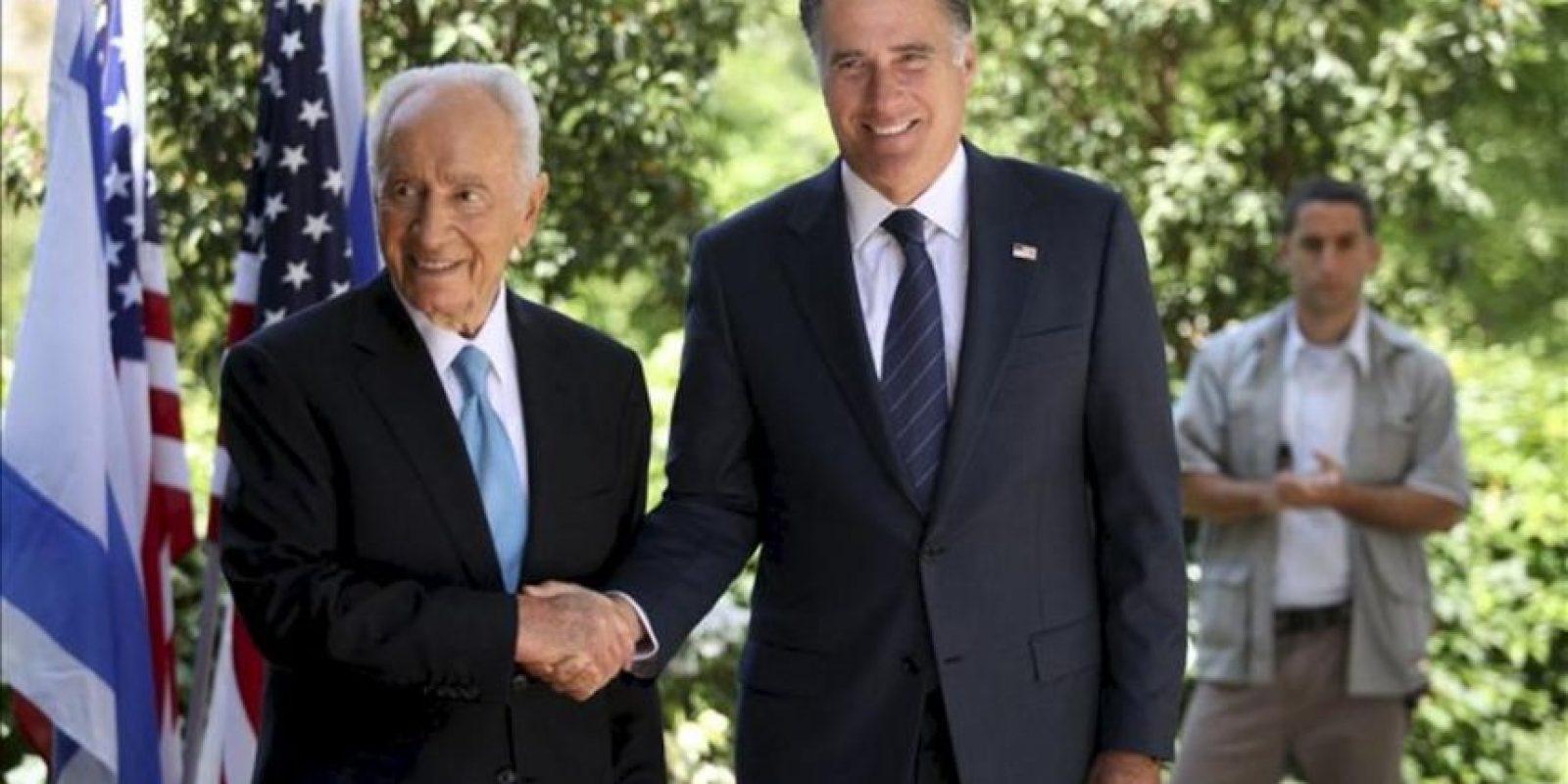El candidato republicano a la Presidencia de EE.UU., Mitt Romney (dcha), estrecha la mano al presidente israelí, Simón Peres, durante un encuentro en la residencia presidencial en Jerusalén. EFE