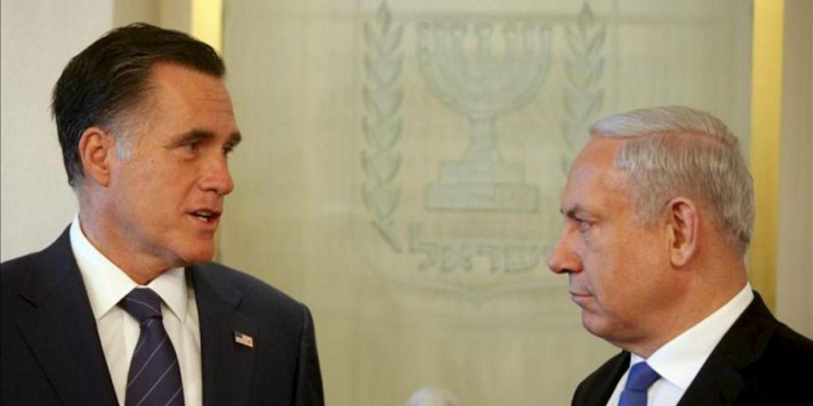 El candidato republicano a la Presidencia de EE.UU., Mitt Romney (izq), conversa con el primer ministro israelí, Benjamin Netanyahu, en Jerusalén. EFE