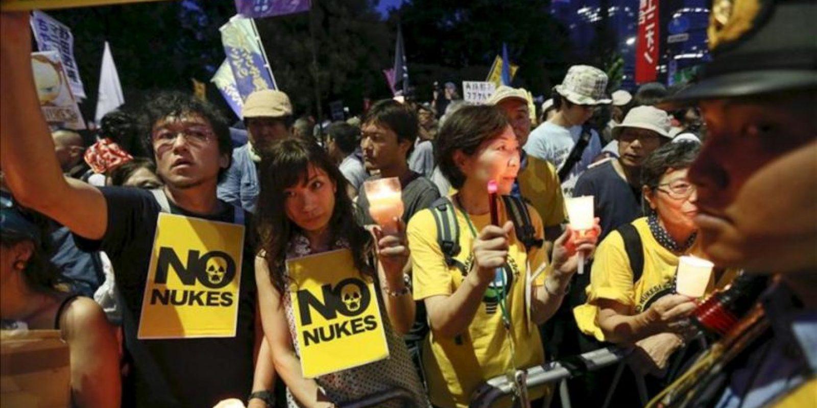 Manifestantes protestan hoy en contra de la energía nuclear frente al Parlamento en Tokio (Japón). EFE