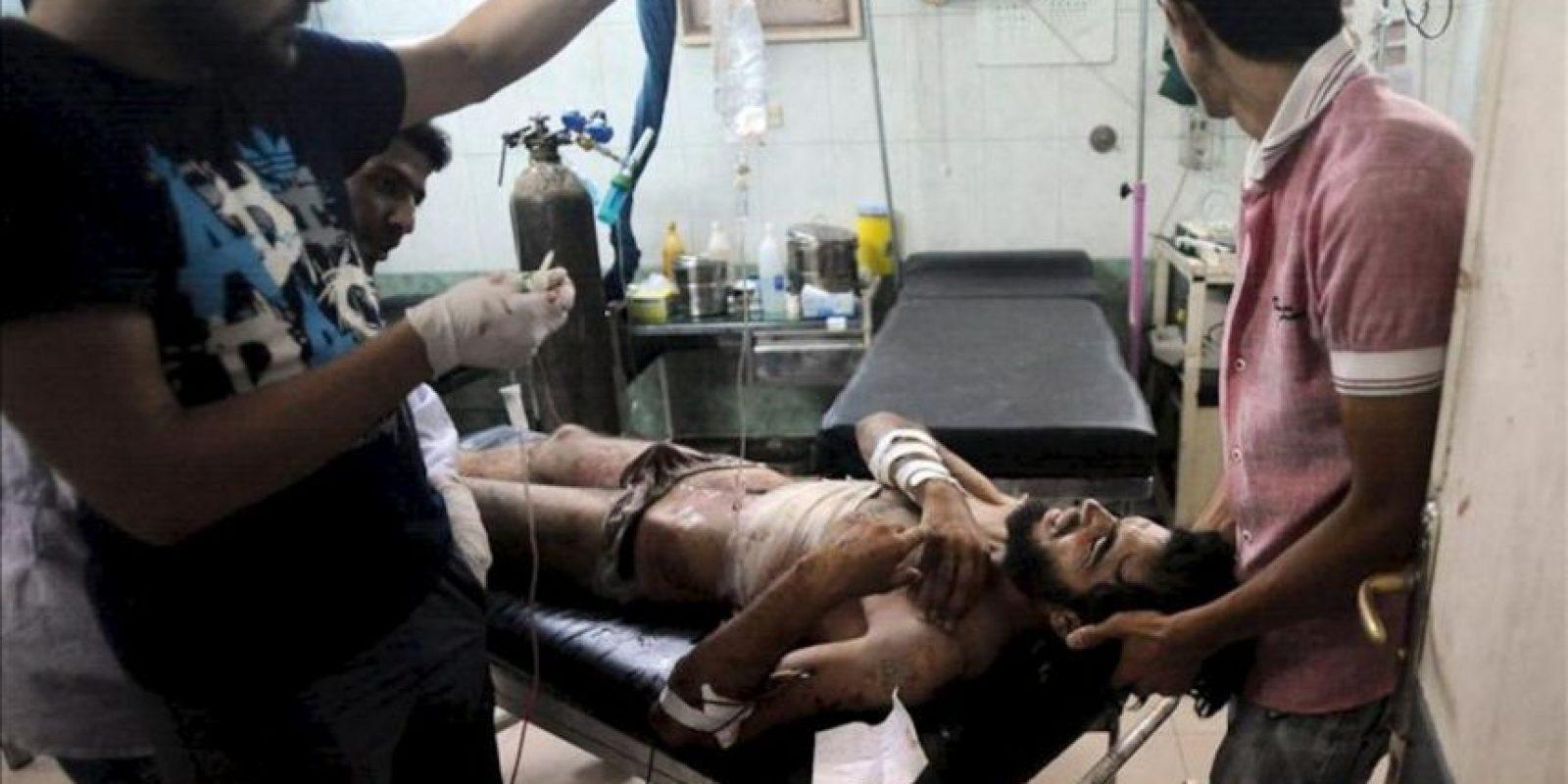 Un rebelde sirio herido recibe tratamiento médico hoy en un hospital de Alepo. EFE