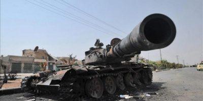 Un tanque destruido del Ejército sirio hoy en una calle de Alepo. EFE