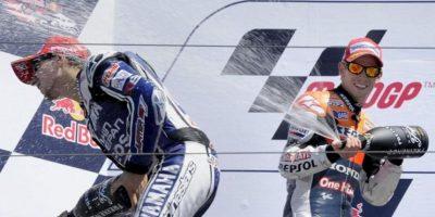 El piloto australiano Casey Stoner del equipo Repsol Honda (d) celebra con el español Jorge Lorenzo del equipo Yamaha Factory Racing, al finalizar el Gran Premio de Estados Unidos que se corrió en el circuito de Laguna Seca (EE.UU.). EFE