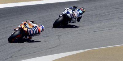 El piloto australiano Casey Stoner del equipo Repsol Honda (i) persigue al español Jorge Lorenzo (d) del equipo Yamaha Factory Racing, durante el Gran Premio de Estados Unidos que se corre en el circuito de Laguna Seca (EE.UU.). EFE