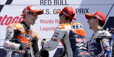El piloto australiano Casey Stoner (i) del equipo Repsol Honda y su compañero Dani Pedrosa de España celebran con el español Jorge Lorenzo (d) del equipo Yamaha Factory Racing, al finalizar el Gran Premio de Estados Unidos que se corrió en el circuito de Laguna Seca en Monterey (EEUU). EFE
