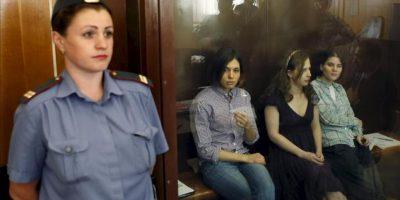 """Las tres integrantes del grupo de punk """"Pussy Riot"""" Nadezhda Tolokonnikova (2ª izq), Yekaterina Samutsevich (der) y Maria Aliokhina (2ªder) se sientan en el banquillo de los acusados en una zona acristalada, a la espera de que comience la sesión de juicio en el juzgado del distrito Khamovnichesky en Moscú, Rusia. EFE"""
