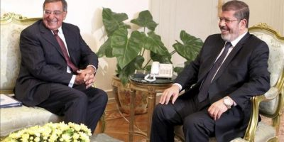 El presidente egipcio Mohamed Morsi (d) charla con el secretario de Defensa de los EE.UU., Leon Panetta (i), durante la reunión que han mantenido en El Cairo, Egipto. EFE