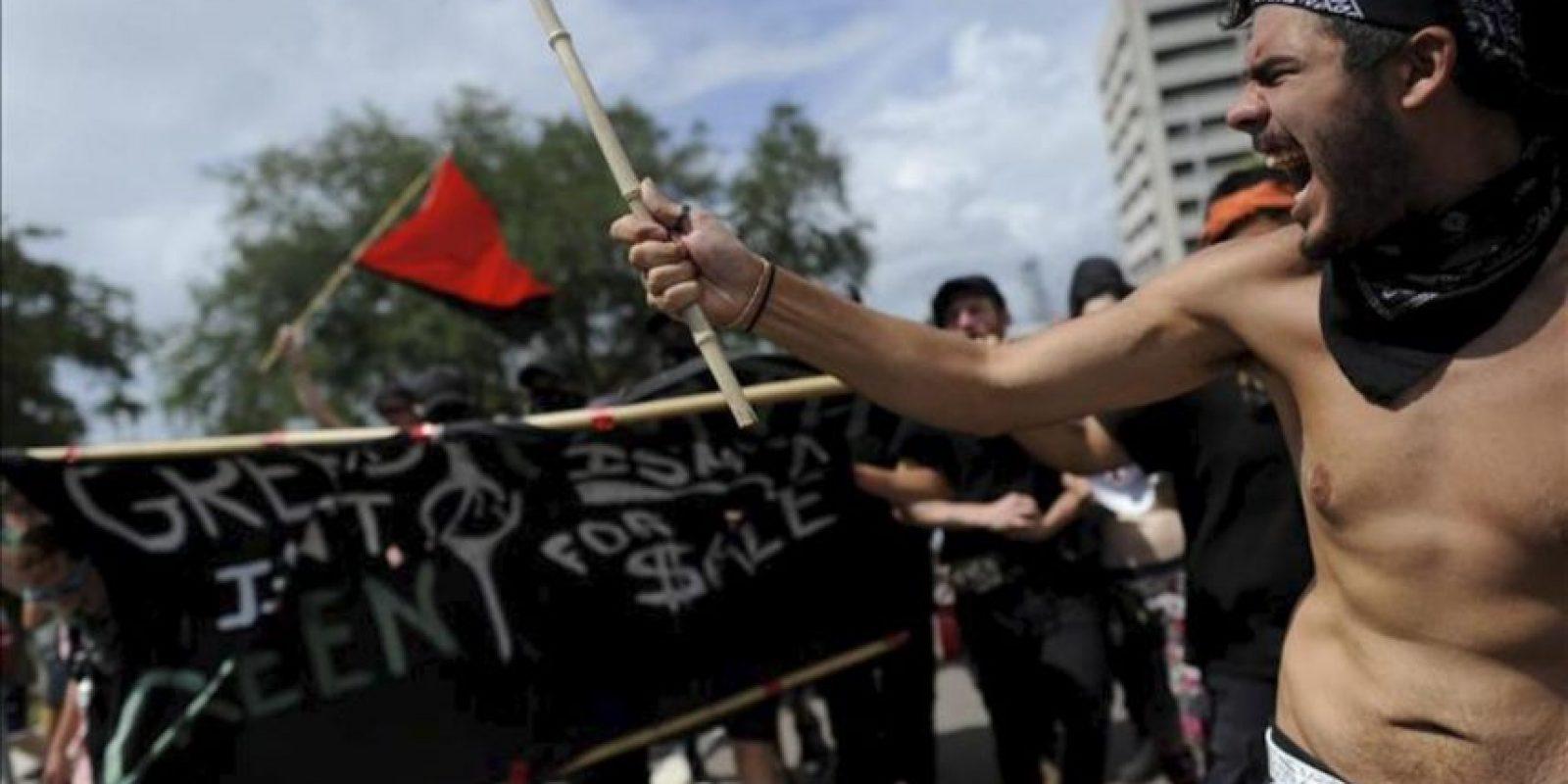 Manifestantes, muchos vestidos a la forma de bloque negro, se dirigen hacia una concentración de miembros de la Comunidad Baptista Westboro el pasado 28 de agosto, afuera de donde se celebra la Convención Nacional Republicana en Tampa, Florida (EE.UU.). EFE