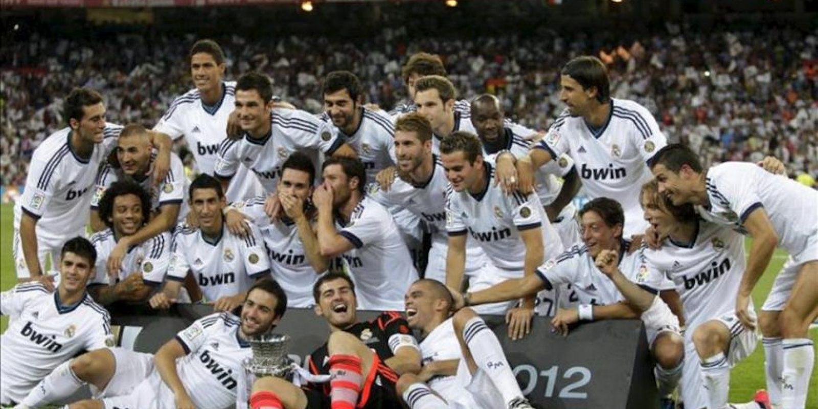 Los jugadores del Real Madrid celebran la consecución del título de la Supercopa de España, tras derrotar al F.C. Barcelona por 2-1 en el partido de vuelta disputado esta noche en el estadio Santiago Bernabéu. EFE