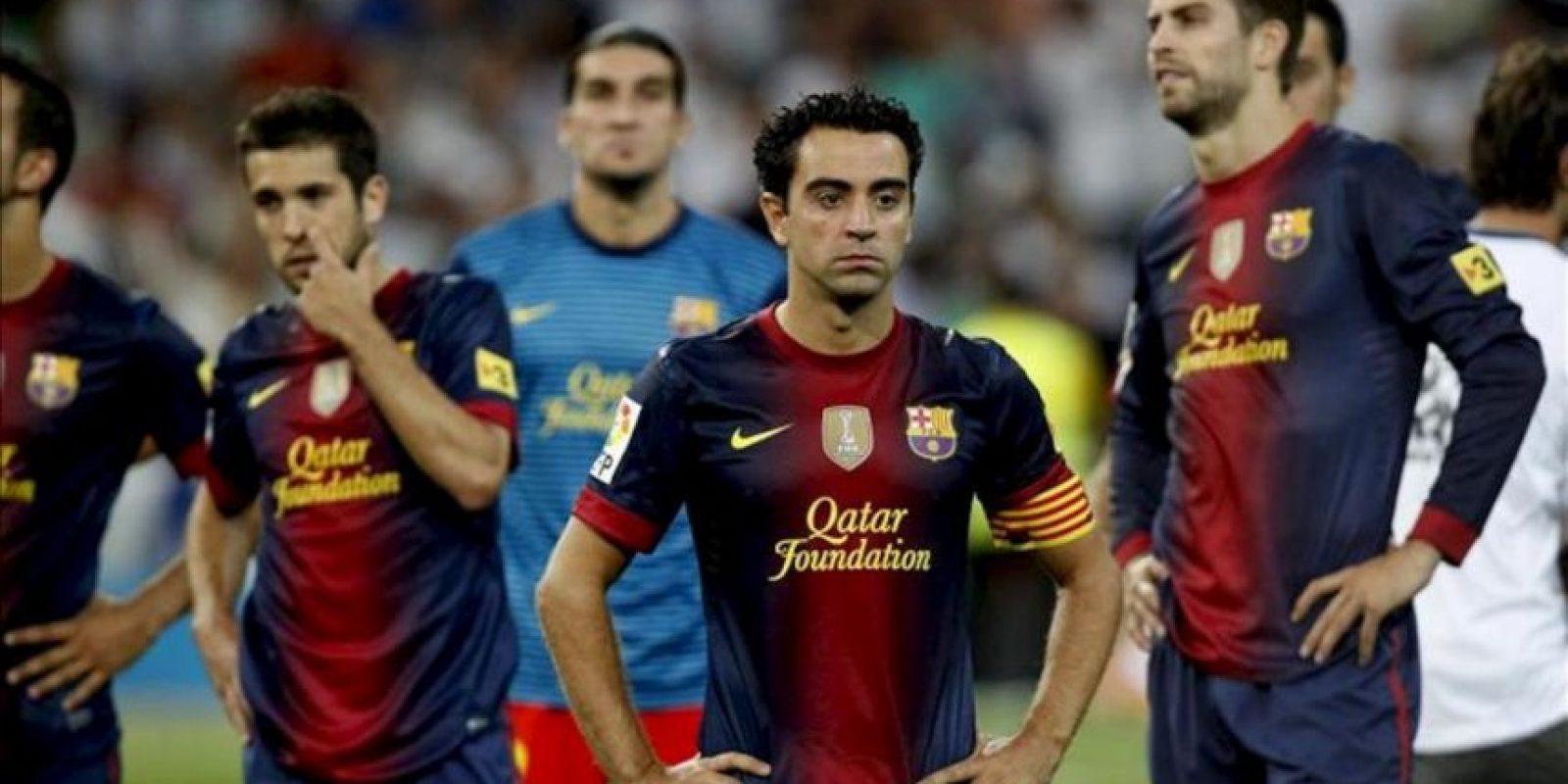 Los jugadores del F.C. Barcelona al término del partido de vuelta de la Supercopa de España que el conjunto azulgrana ha disputado contra el Real Madrid esta noche en el estadio Santiago Bernabéu, y que ha finalizado con la victoria para el equipo blanco por 2-1. EFE