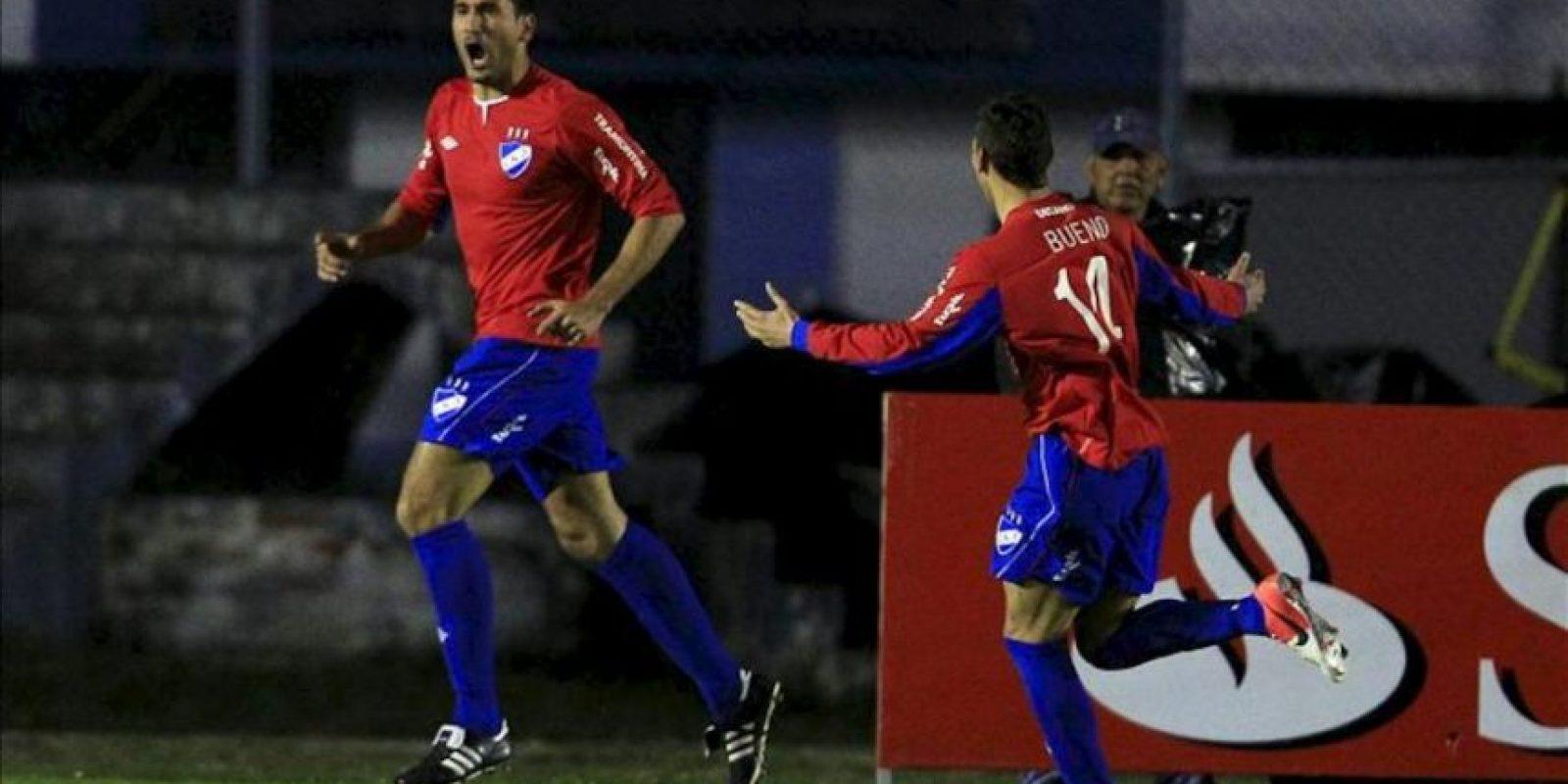 El jugador del Nacional de Uruguay Taborda (i) celebra el gol anotado a Liga de Loja, durante un partido por la Copa Sudamericana en Loja (Ecuador). EFE