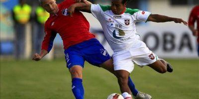 El jugador de Liga de Loja de Ecuador Franklin Salasi (d) disputa el balón con el jugador del Nacional de Uruguay Israel Damonte (i), durante un partido por la Copa Sudamericana en Loja (Ecuador). EFE