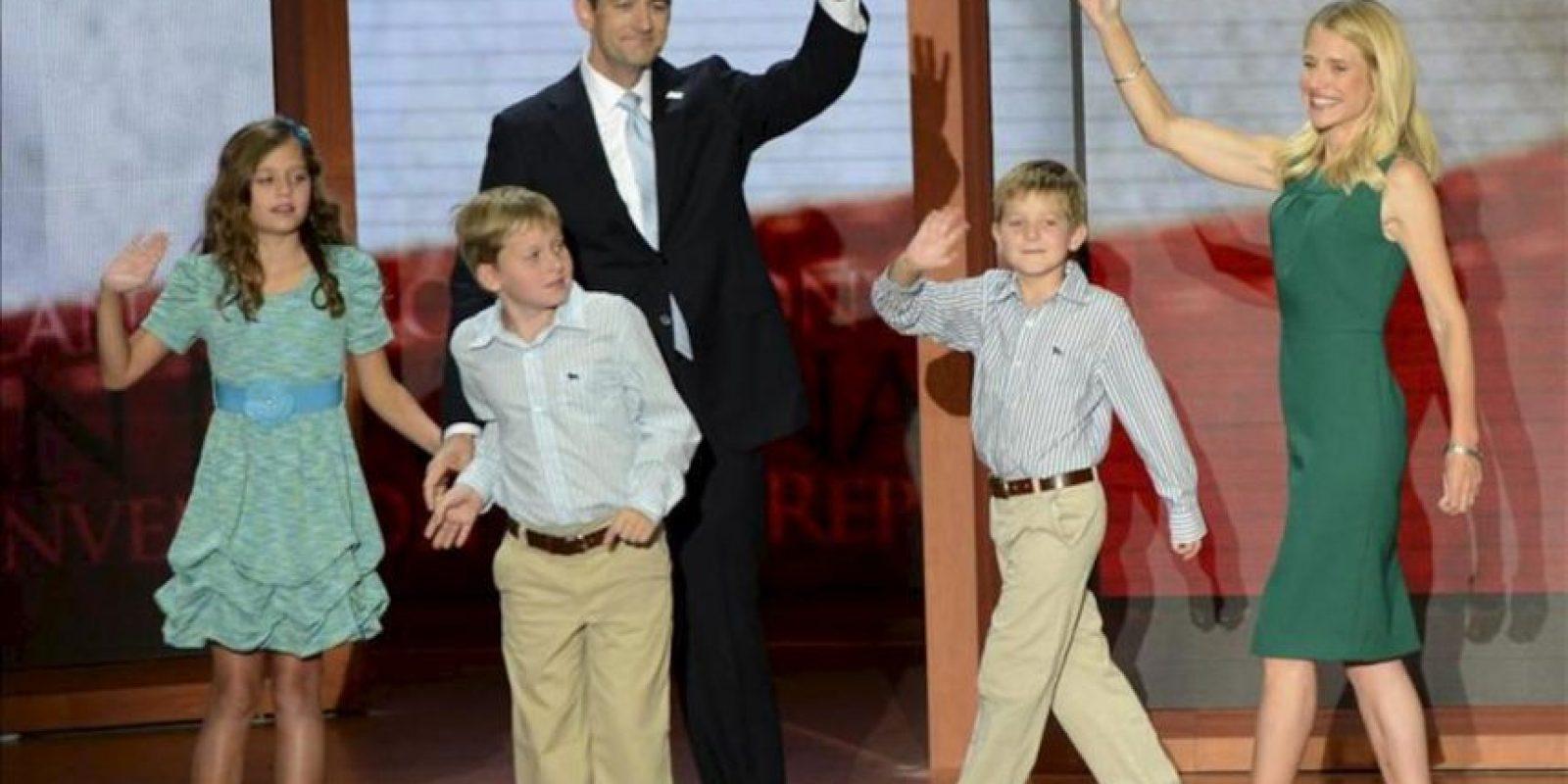 El candidato republicano a la vicepresidencia Paul Ryan con su esposa Jenna (d), sus hijos Elizabeth (i), Charles (2-i) y Samuel (2-d) saludan a los delegados durante la tercera jornada de la Convención Nacional Republicana en el Times Forum de Tampa, Florida (EE.UU.). EFE