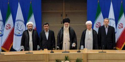Imagen distribuida por la página web oficial del líder supremo iraní, ayatolá Ali Jamenei, (de izq a der) del jefe del poder judicial iraní, Javad Larijani, del presidente iraní, Mahmoud Ahmadineyad, el líder supremo iraní, ayatolá Ali Jamenei, el expresidente Akbar Hashemi Rafsanjani y el portavoz parlamentario Ali Larijani, asistiendo hoy a la ceremonia de apertura de la 16ª Cumbre de los No Alineados, en Teherán, Irán. EFE
