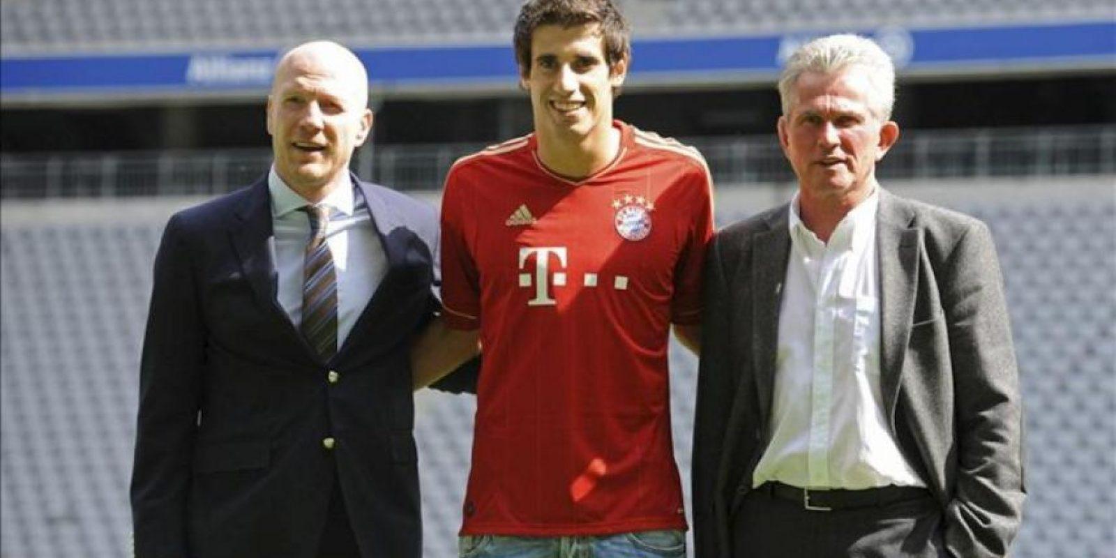 El centrocampista español Javi Martínez (c), durante su presentación hoy como nuevo jugador del Bayern de Múnich junto a su nuevo entrenador, Jupp Heynckes (d), y el director deportivo del Bayern, Matthias Sammer (i). EFE