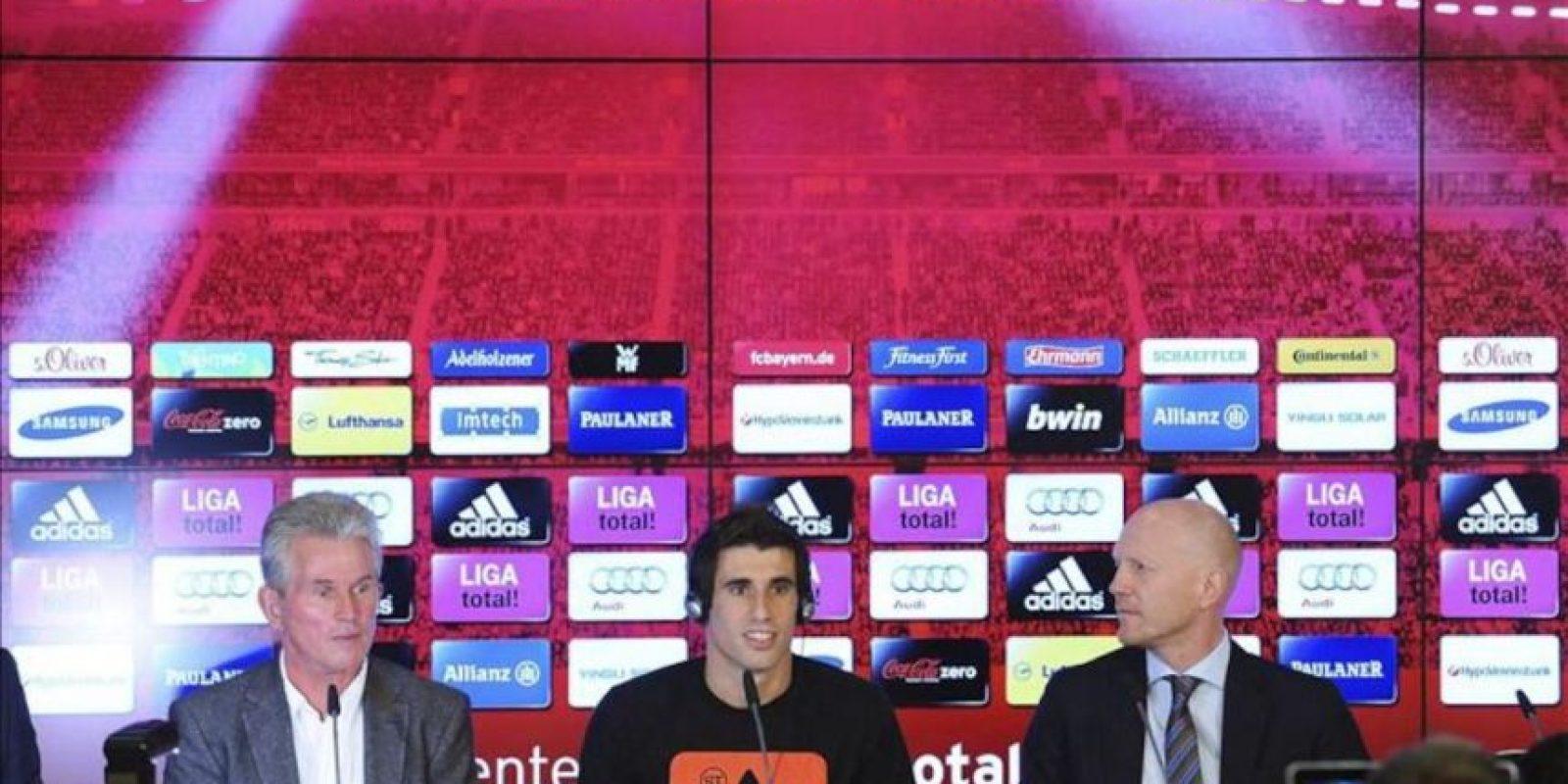 El centrocampista español Javi Martínez ofrece hoy una rueda de prensa con motivo de su presentación como nuevo jugador del Bayern de Múnich junto a su nuevo entrenador, Jupp Heynckes (izda), y el director deportivo del Bayern, Matthias Sammer (dcha). EFE