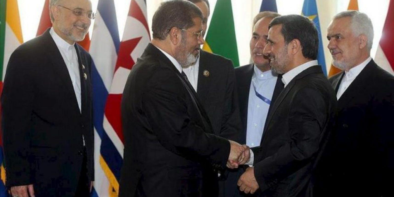 Imagen distribuida por la página web oficial del líder supremo iraní, ayatolá Ali Jamenei, del presidente iraní, Mahmoud Ahmadineyad (2º der), saludando al presidente egipcio, Mohamed Mursi (2º izq), durante la ceremonia de apertura de la 16ª Cumbre de los No Alineados, en Teherán, Irán. EFE