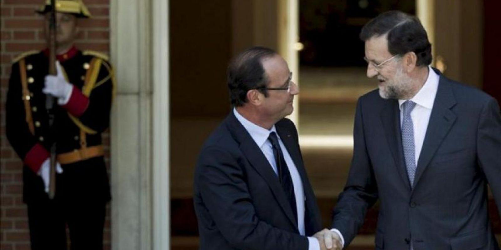 El jefe del Gobierno español, Mariano Rajoy (d), recibe al presidente francés, François Hollande, en el Palacio de la Moncloa hoy. EFE
