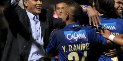 El director técnico de Millonarios, Hernán Torres (i), celebra con un grupo de jugadores después de un gol ante Guaraní durante el partido de ida de la segunda fase de la Copa Sudamericana disputado en Asunción (Paraguay). EFE