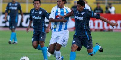Juan Lorca (c), del Deportivo Quito, disputa un balón con Henry Macliado (i) y Edgar Olivares (d) del Aurora de Bolivia durante un partido por la Copa Sudamericana en Quito (Ecuador). EFE
