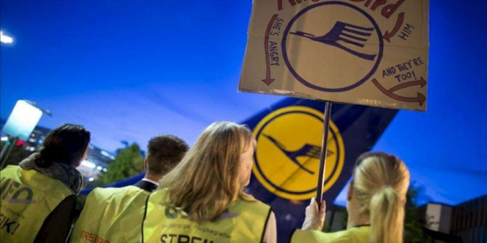 Auxiliares de vuelo protestan a la entrada de la base de Lufthansa hoy en el aeropuerto de Francfort (Alemania). EFE