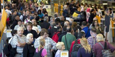 Un grupo de personas hacen cola en el mostrador de la compañía alemana Lufthansa del aeropuerto internacional de Fráncfort, en Alemania. EFE