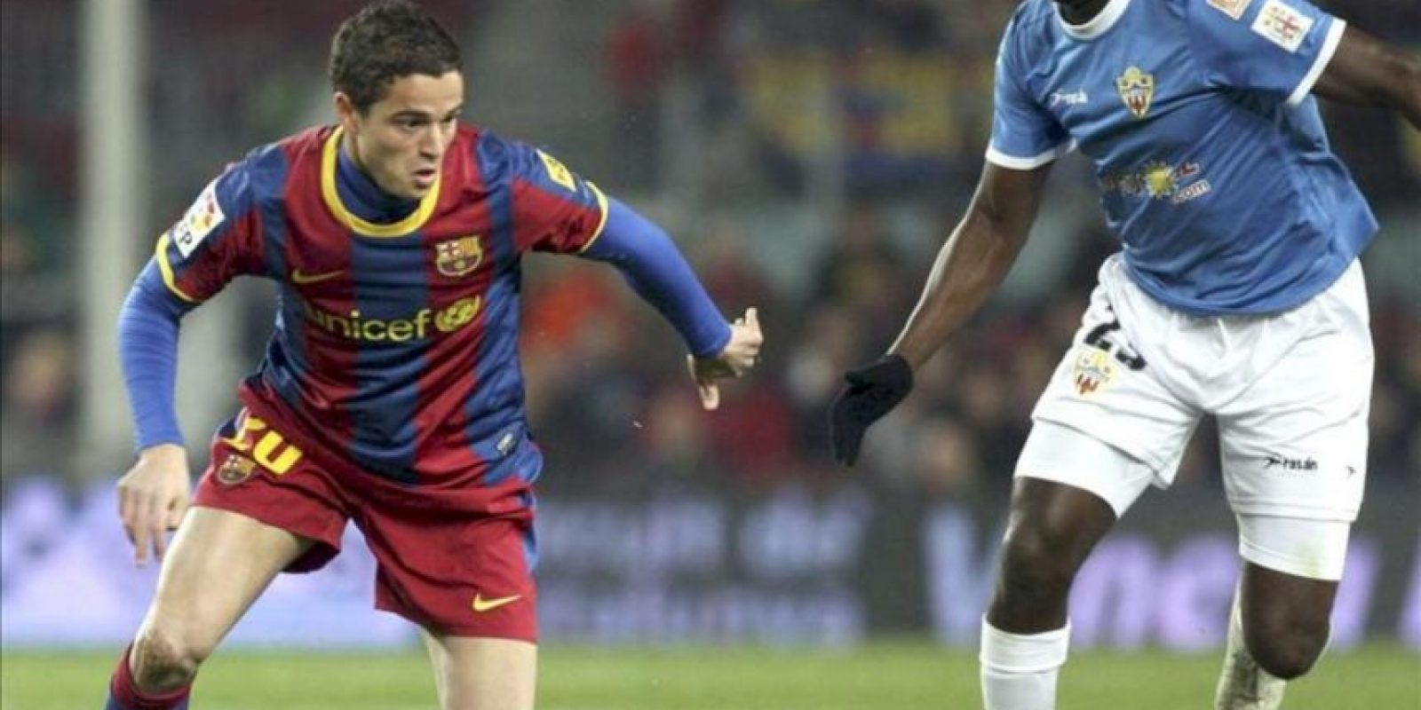 El centrocampista holandés del F. C. Barcelona, Ibrahim Afellay (i), intenta superar al jugador senegalés del Almeria, Henok Goitom. EFE/Archivo