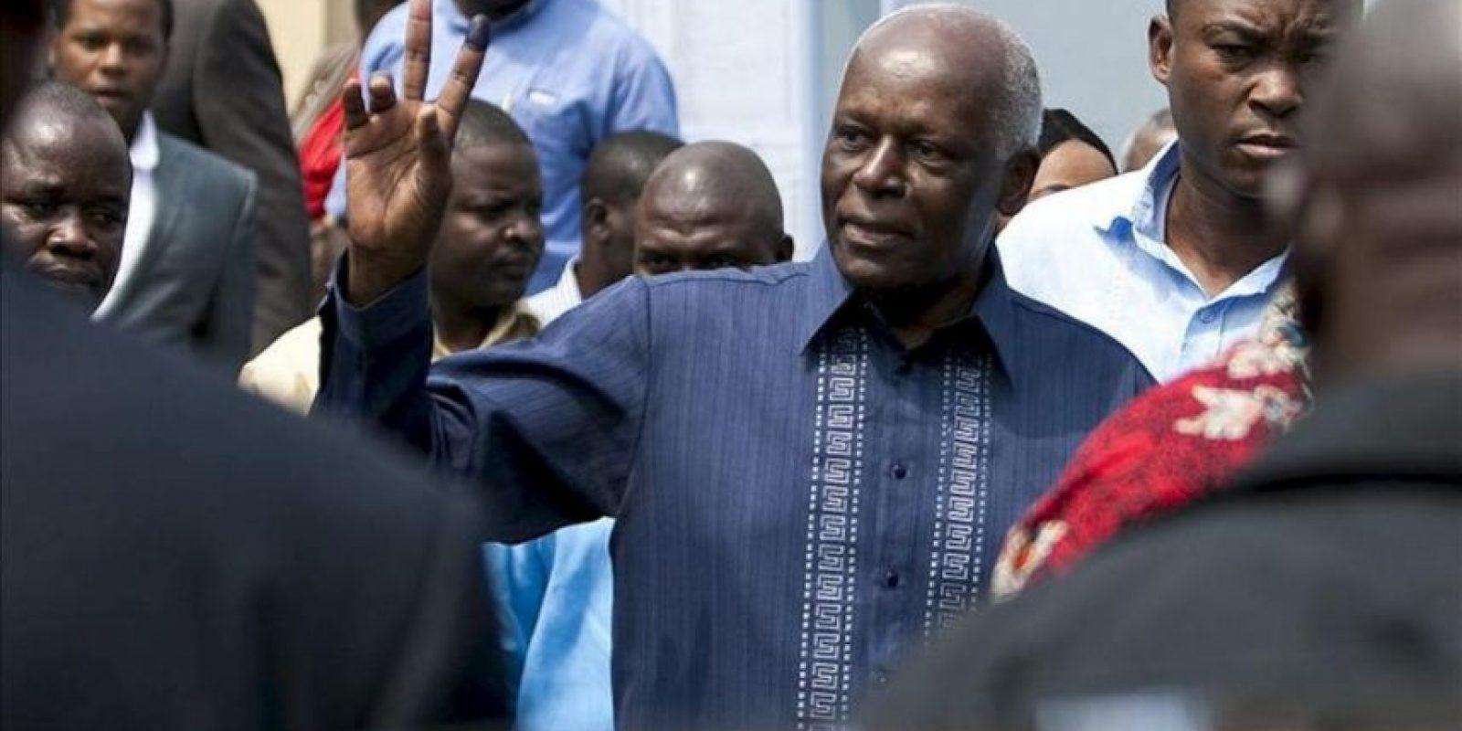 El candidato a la presidencia de Angola y líder del gobernante Movimiento Popular para la Liberación de Angola (MPLA), José Eduardo dos Santos, tras ejercer su derecho a voto en un colegio electoral en Luanda (Angola) hoy. EFE