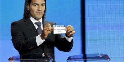 El delantero colombiano del Atlético de Madrid Radamel Falcao sostiene hoy la papeleta de su equipo durante el sorteo de la fase de grupos de la Liga Europa en el Foro Grimaldi en Mónaco. EFE