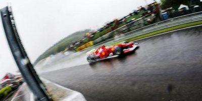 El piloto español de Fórmula Uno Fernando Alonso, de Ferrari, conduce hoy su monoplaza durante una sesión de entrenamiento en el circuito Spa-Francorchamps en Bélgica. El Gran Premio de Bélgica se celebra el próximo 2 de septiembre. EFE
