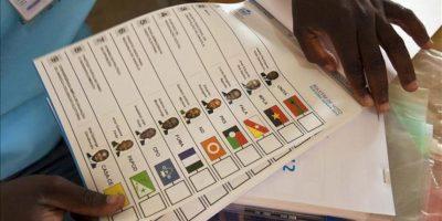 Papeletas electorales en un colegio electoral de Luanda, Angola, hoy, durante la jornada, de elecciones generales en el país. EFE