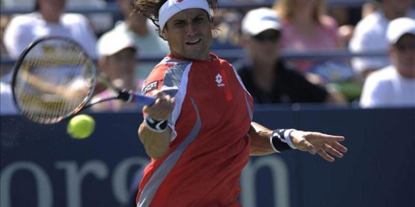 El tenista español David Ferrer devuelve la bola al holandés Igor Sijsling durante el partido correspondiente a la quinta jornada del Abierto de Estados Unidos disputado en la pista del Centro Nacional de Tenis de Flushing Meadows, Nueva Yoork, EE.UU. este 31 de agosto. EFE