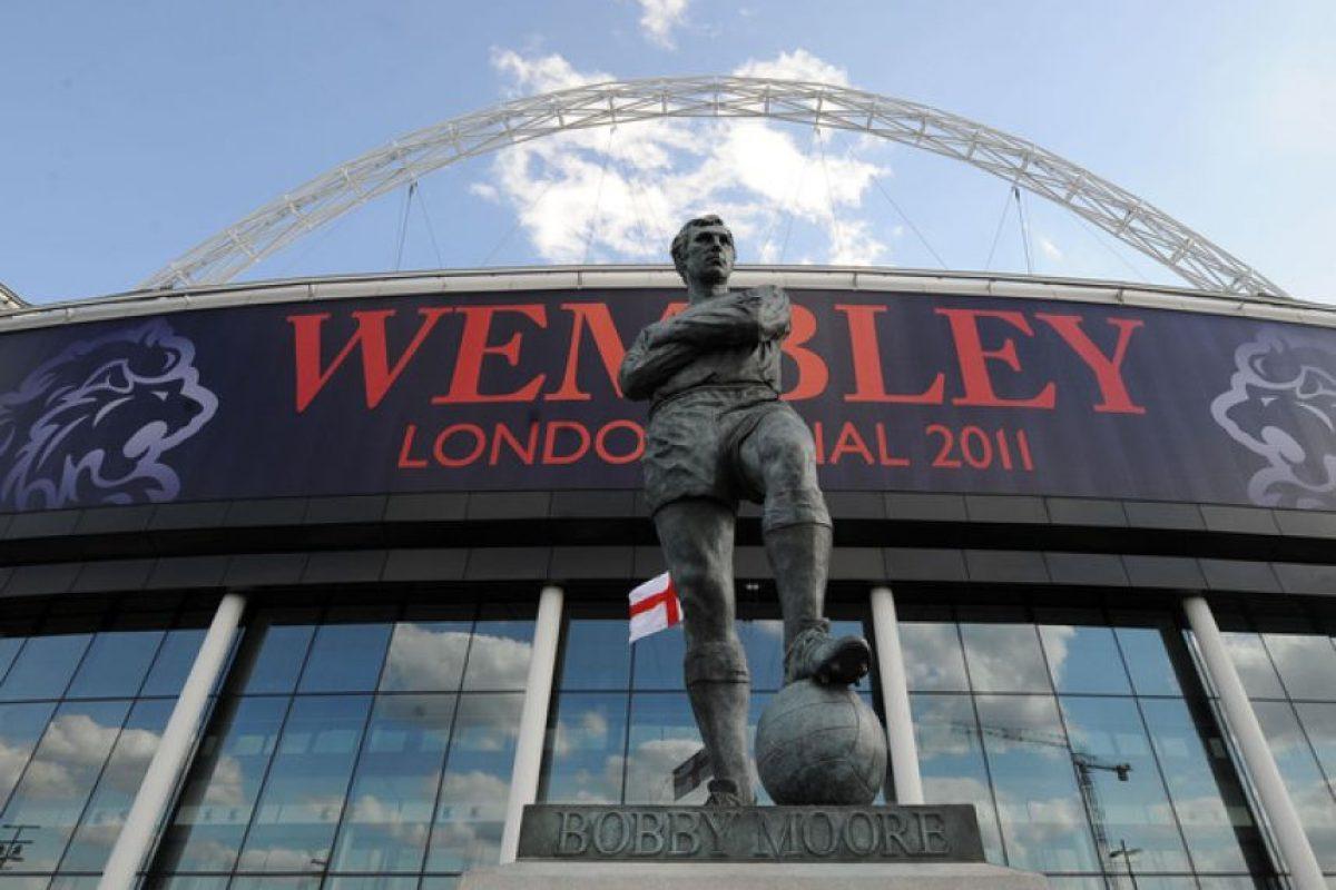 Quizás sea la más famosa de todas. Se trata de Bobby Moore a las puertas de Wembley Foto:Publimetro México