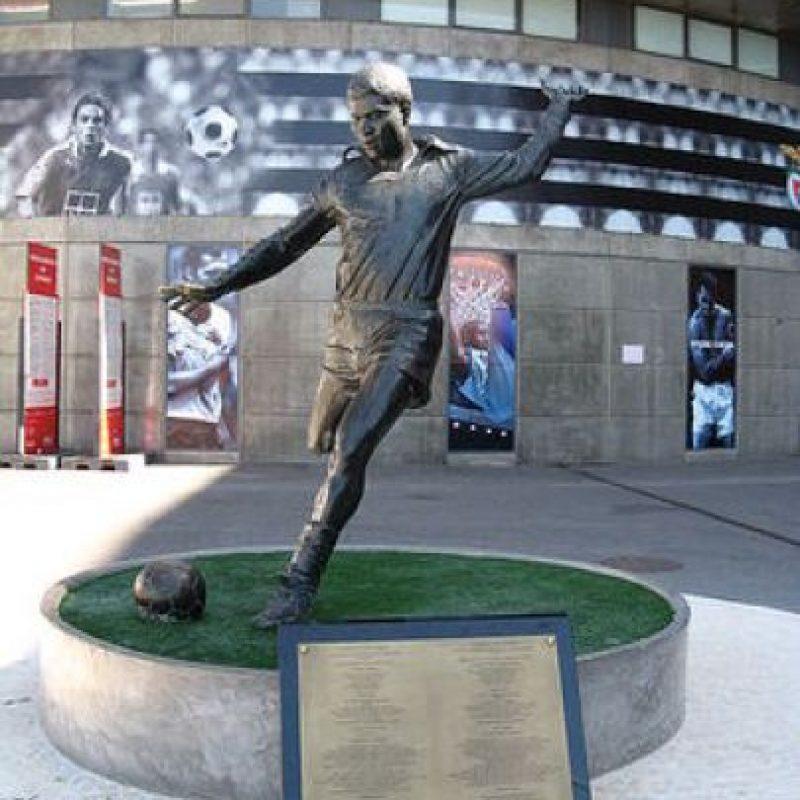 La leyenda portuguesa, Eusebio, cuenta con un monumento en el Estadio da Luz de Lisboa Foto:Publimetro México