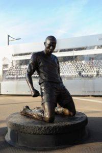 El francés Thierry Henry, todavía en activo, tiene su estatua en el Emirates Stadium del Arsenal Foto:Publimetro México