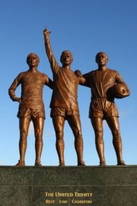 "Esta se llama ""The United Trinity"" y representa a George Best, Denis Law y Bobby Charlton. Se encuentra en Old Trafford Foto:Publimetro México"