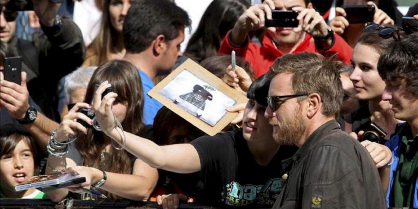 """El actor Ewan McGregor saluda a los fans a su llegada hoy al Festival Internacional de Cine de San Sebastián, donde recibirá el premio Donostia y presentará la película """"Lo imposible"""", que compite en la Sección Oficial del certamen. EFE"""