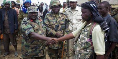 Fotografía facilitada por las fuerzas de la Unión Africana (UA) el 23 de septiembre, del comandante de las tropas de la Misión de la Unión Africana en Somalia (AMISOM), estrechando la mano del comandante de un grupo afiliado a a la guerrilla islamista Al Shabab. EFE/Archivo