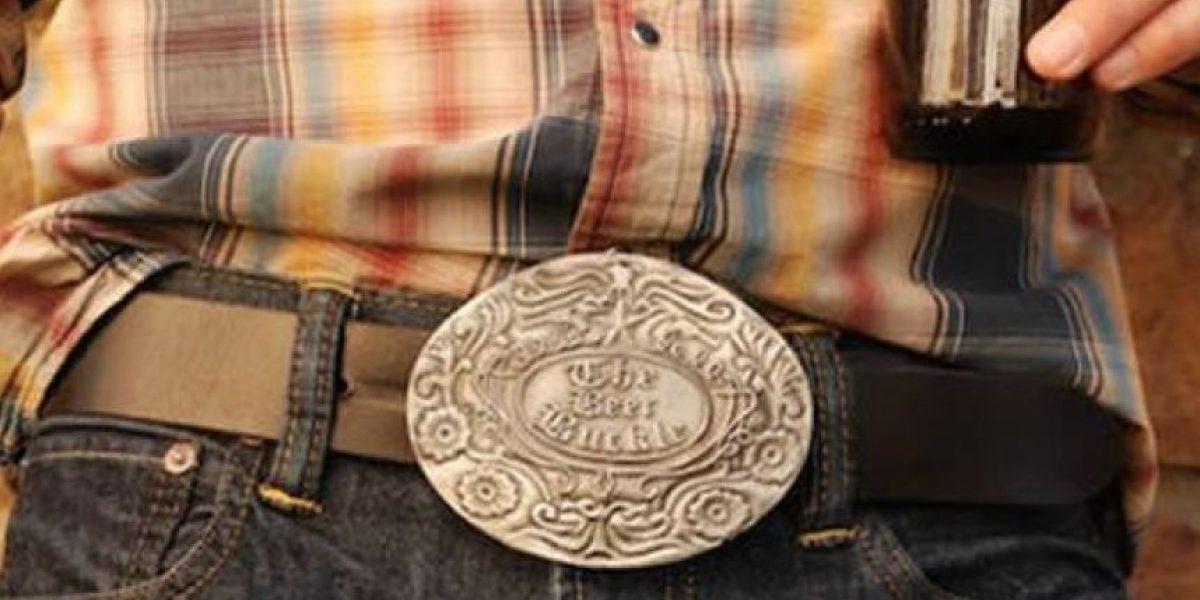 [Galería] Curioso cinturón que sirve para cargar bebidas