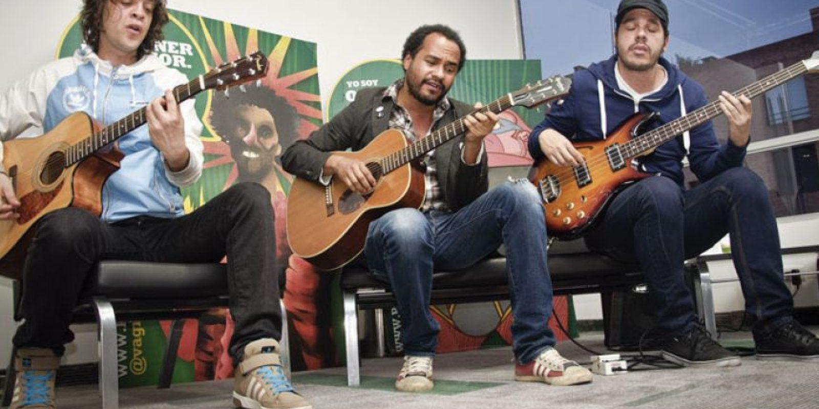 Los caleños de Superlitio contestaron preguntas de los tuiteros y luego tocaron un set acústico de algunas de sus canciones Foto:Carlos Hernández Llamas