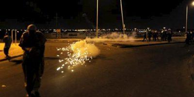 Policías lanzan gases lacrimógenos este sábado 29 de septiembre, ante amigos y familiares de Ali Hassan Namah, el joven manifestante de 17 años que fue abatido ayer en una protesta en la capital de Barein. EFE