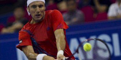 El tenista argentino Juan Mónaco golpea la bola contra el japonés Kei Nishikori, durante la semifinal del torneo masculino de Kuala Lumpur. EFE
