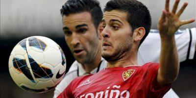 El centrocampista del Real Zaragoza Víctor Rodríguez (d), lucha un balón con el defensa francés del Valencia Adil Rami, durante el partido, correspondiente a la sexta jornada de Liga de Primera División en el estadio de Mestalla. EFE