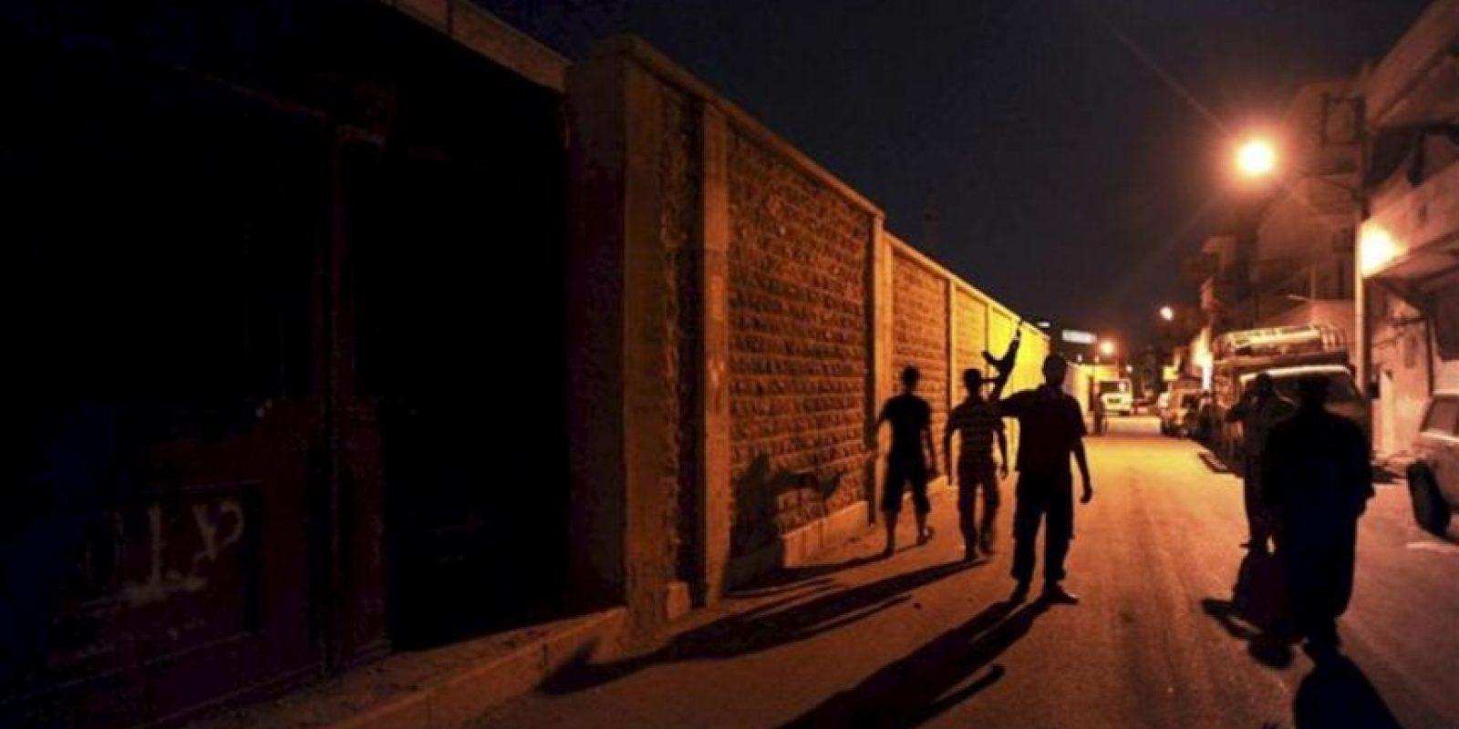 Rebeldes sirios realizan un patrullaje por una calle de Aleppo. EFE/Archivo