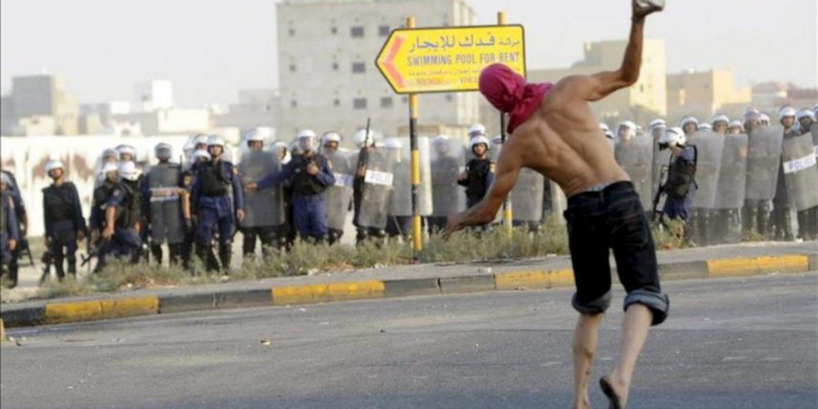 Un manifestante se enfrenta con la policía tras el funeral de un adolescente de 17 años, muerto a manos de la policía en Sadad, Baréin, hoy 29 de septiembre de 2012.Un adolescente de 17 años murió anoche en Baréin tras recibir disparos de perdigones de la policía cuando participaba en una protesta antigubernamental, informaron hoy fuentes oficiales y testigos presenciales. Ali Hasan Namah falleció en la aldea de Sadad, al noroeste de Manama por las heridas que le causaron los perdigones disparados a quemarropa por la policía, lo que le convirtió en el segundo menor en morir en circunstancias similares en los dos últimos meses. EFE